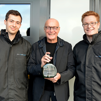 Max Kuhbandner & Christian Schmitt mit Stardesigner Peter Schmidt bei der Vorstellung des Bocksbeutel PS.