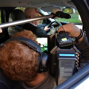 Voller Körpereinsatz für gute Bilder - Unser Videoteam im Auto.